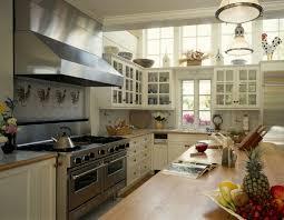 Зависит ли атмосфера кухни от материала мебели?